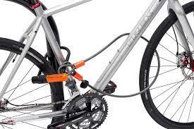 bicicleta presa corretamente por cadeados